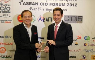 ผู้อำนวยการ สรอ. รับโล่งาน 1st ASEAN CIO Forum 2012 จาก นอ.อนุดิษฐ์ รัฐมนตรีว่าการกระทรวงไอซีที