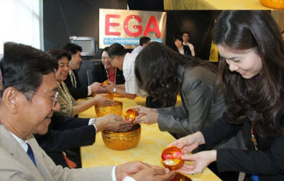 รดน้ำขอพร คณะกรรมการบริหาร EGA เนื่องในเทศกาลสงกรานต์ ๒๕๕๖